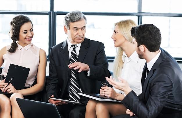 Succesvolle zakenman en business team tijdens een seminar in moderne kantoren