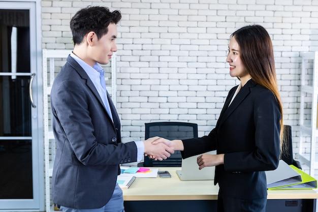 Succesvolle zakenman handen schudden met een collega