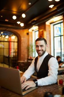 Succesvolle zakenman in cafe