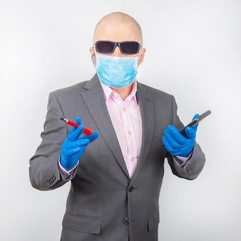 Succesvolle zakenman in een beschermend masker en handschoenen werkt op een smartphone tijdens quarantaine van het coronavirus. werk freelancer online.