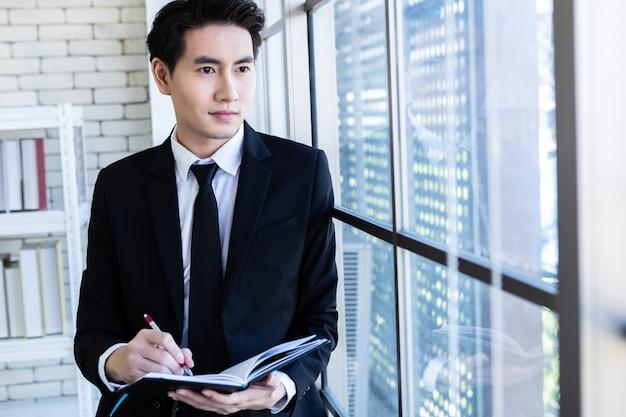 Succesvolle zakenman in een pak werken