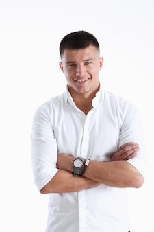 Succesvolle zakenman in een wit overhemd glimlacht en kijkt direct