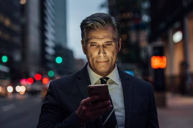 Succesvolle zakenman in new york city, portretten en levensstijl