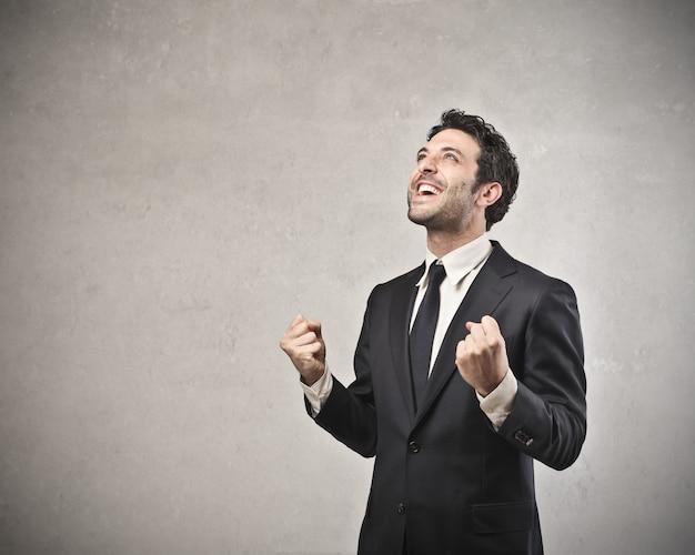 Succesvolle zakenman juichen