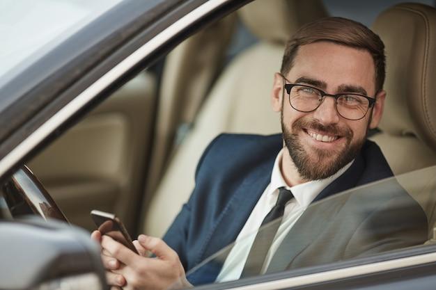 Succesvolle zakenman met behulp van mobiele telefoon