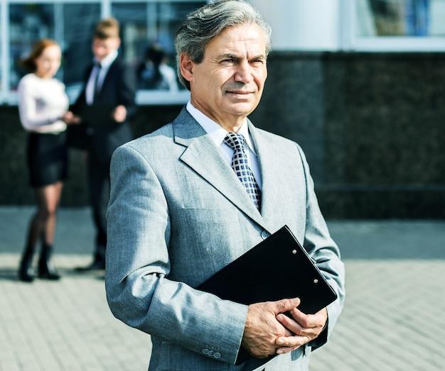 Succesvolle zakenman met documenten