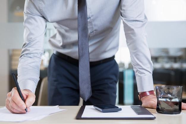 Succesvolle zakenman ondertekening contract in office