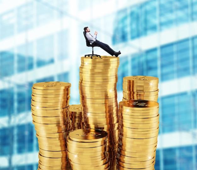 Succesvolle zakenman ontspannen over stapels geld. concept van succes en bedrijfsgroei
