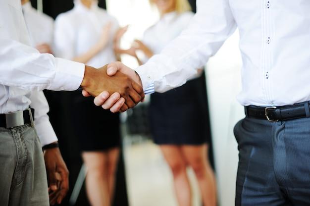 Succesvolle zakenmensen in echte kantoorsituaties