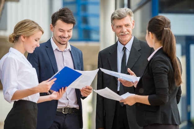 Succesvolle zakenmensen in pak op zakelijke bijeenkomst.
