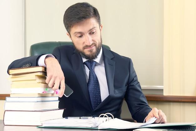 Succesvolle zakenmensen werken met boeken en documenten. contractcommunicatie
