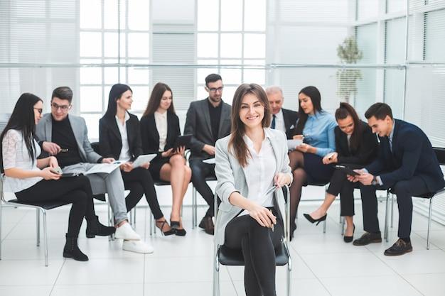 Succesvolle zakenvrouw en een groep vooraanstaande experts in de vergaderruimte. foto met kopieerruimte