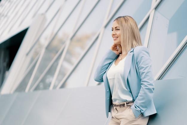 Succesvolle zakenvrouw in blauw pak