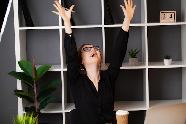 Succesvolle zakenvrouw werken op de laptop in het kantoor