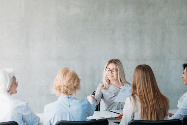 Succesvolle zakenvrouwen. krachtig vrouwelijk bedrijf