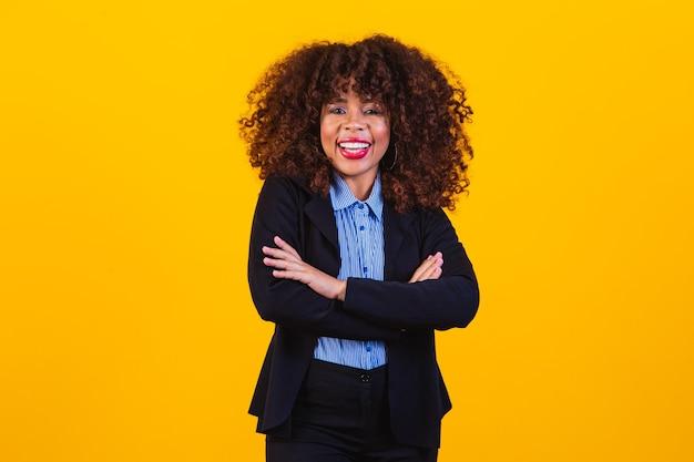 Succesvolle zwarte vrouw, zakenvrouw. afro vrouw in broekpak met gekruiste armen