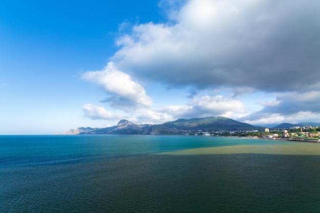 Sudak / heldere dagfoto van het uitzicht vanaf kaap alchak