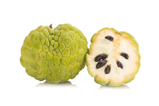 Sugar apple (custardappel, annona, sweetsop) op witte achtergrond