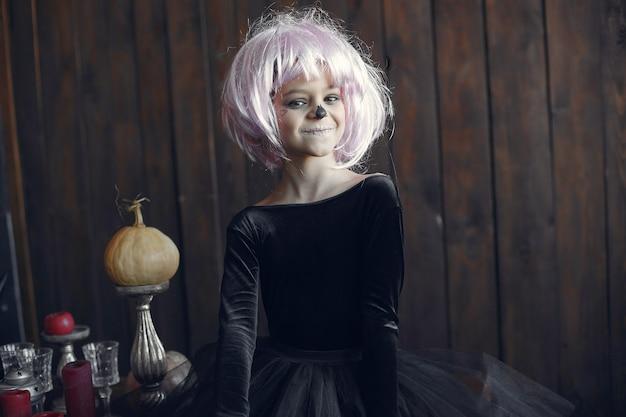 Sugar skull meisje halloween kostuum en make-up. halloween feest. dag van de doden.