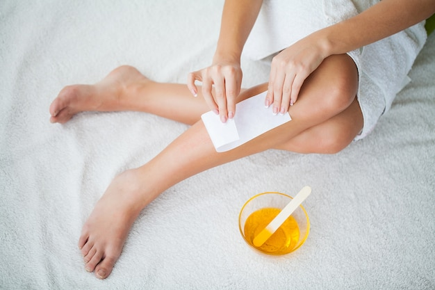 Sugaring: epileren met vloeibare suiker aan de benen