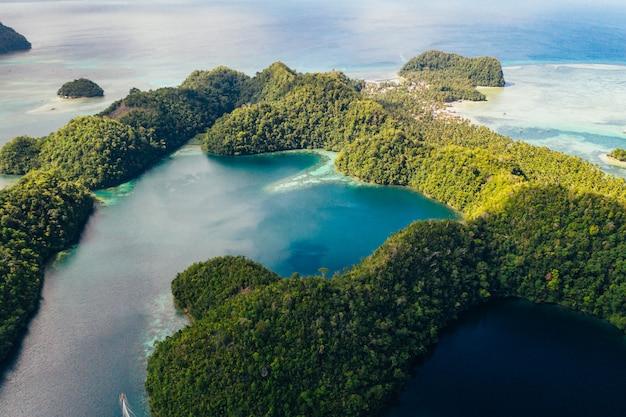 Sugba-lagune in siargao, filippijnen. luchtfoto genomen met drone op de mangroves bos inham