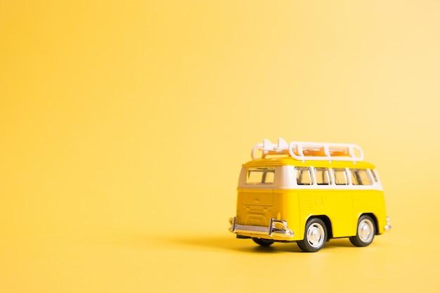Suhippie minivan auto op het strand.