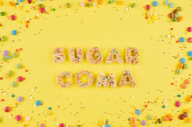 Suiker coma wods gemaakt van zoet versierde zelfgemaakte koekjes, dieet en gezond eten concept