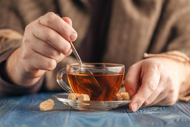 Suiker dompelen in hete thee