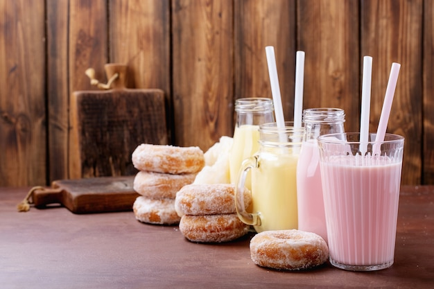 Suiker donuts geserveerd met milkshakes