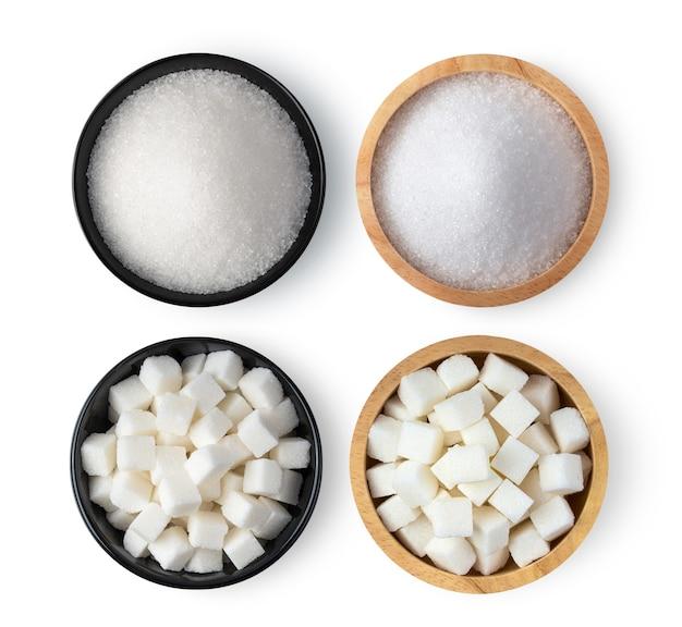 Suiker in een kom op een witte ondergrond. bovenaanzicht Premium Foto