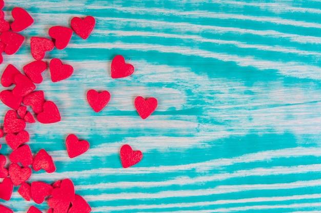 Suiker strooi rode harten stippen, decoratie voor cake en bekery, veel hagelslag als achtergrond