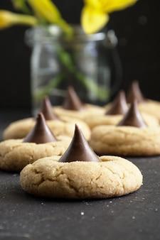 Suikerbloesem koekjes. pindakaaskoekjes met een snoepkus.