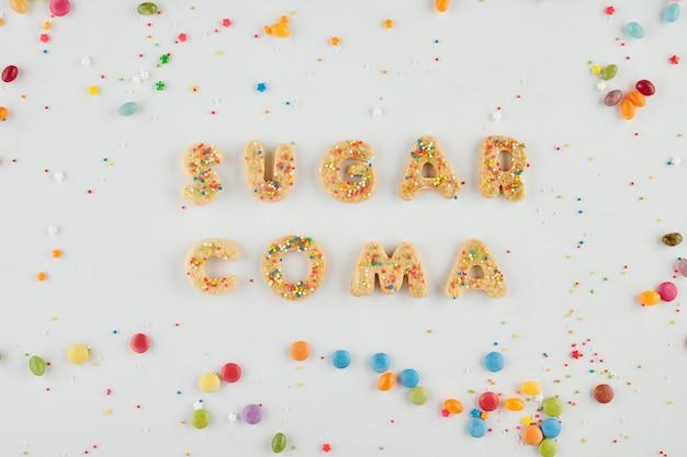 Suikercoma-inscriptie gemaakt van zoete versierde koekjes