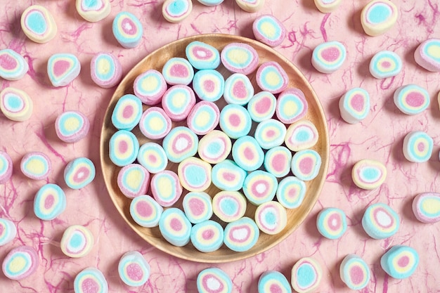 Suikergoed zoete heemst in houten schotel op roze achtergrond