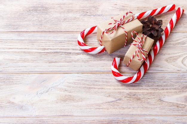 Suikergoedriet en kerstmisgift op bruin hout