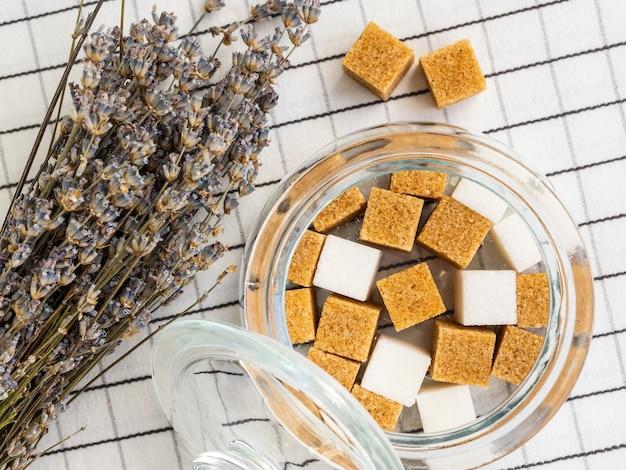 Suikerklontjes in pot en boeket lavendel