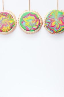 Suikerkoekjes op een stokje met een gekleurd glazuur
