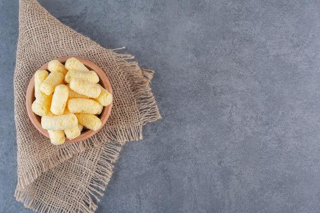 Suikermaïsstokken in een kom, op textuur, op het marmeren oppervlak