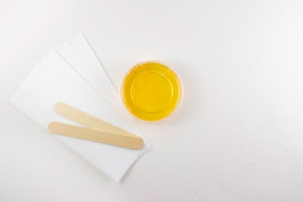 Suikerpasta voor suiker in een pot met een houten spatel. ontharing, ontharing.