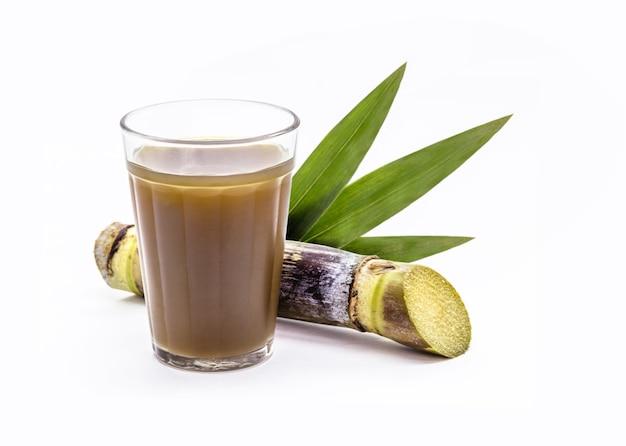 Suikerrietsap of garapa, drank rijk aan sucrose, koude drank typisch voor brazilië, geïsoleerde witte achtergrond met copyspace