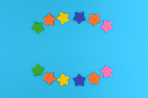 Suikersterren op blauwe achtergrond kleurrijke sterren
