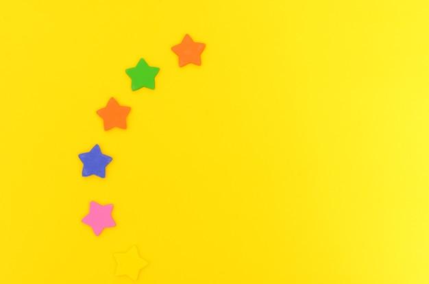 Suikersterren op gele achtergrond kleurrijke sterren