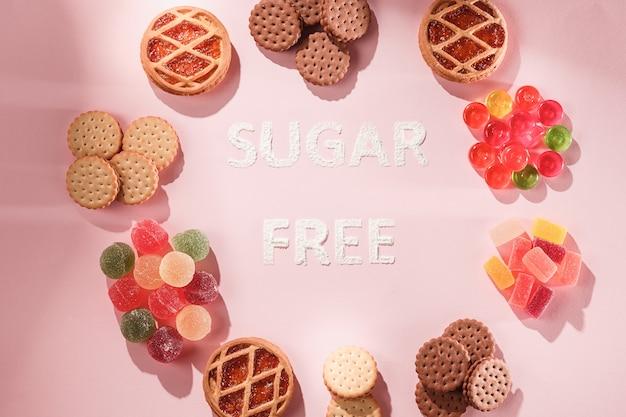 Suikervrije cakes en marmelades. diëet voeding. bovenaanzicht op roze tafel achtergrond. gezond concept.