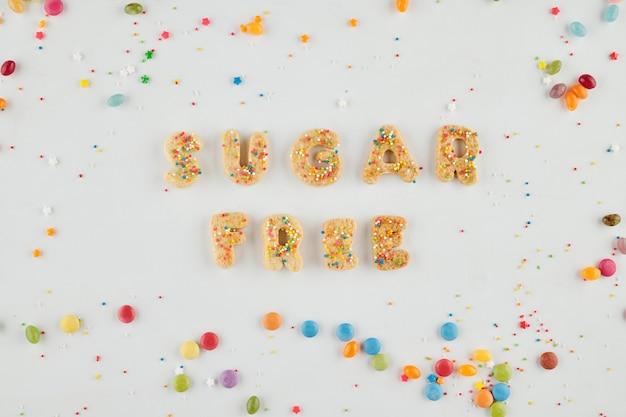 Suikervrije inscriptie gemaakt van ongezoete koekjes en kleurrijke hagelslag rondom
