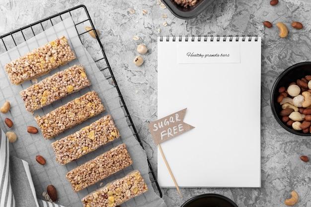 Suikervrije snackbars en notebook bovenaanzicht