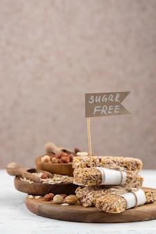 Suikervrije snackbars op een houten bord