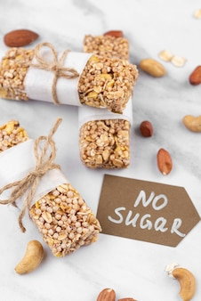 Suikervrije snackrepen met hoge hoek Gratis Foto