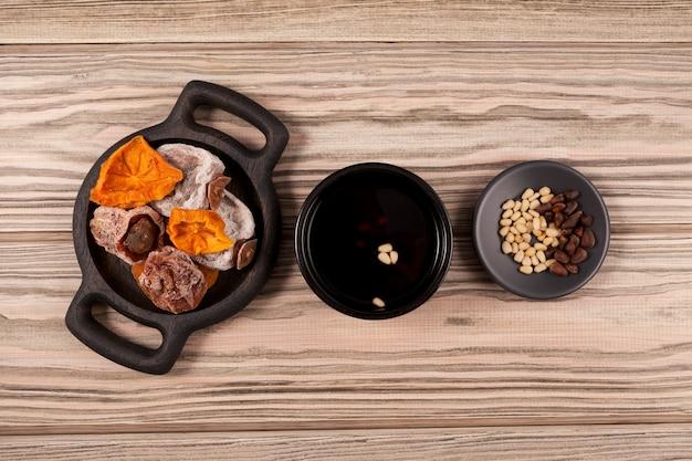 Sujeonggwa is een traditionele koreaanse drank. fruit punch. het is gemaakt van gedroogde dadelpruimen met de toevoeging van kaneel, gember en pijnboompitten.