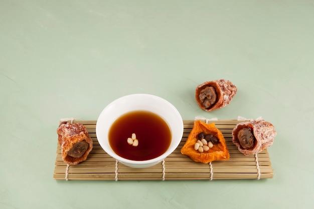 Sujeonggwa is een traditionele koreaanse koude drank.