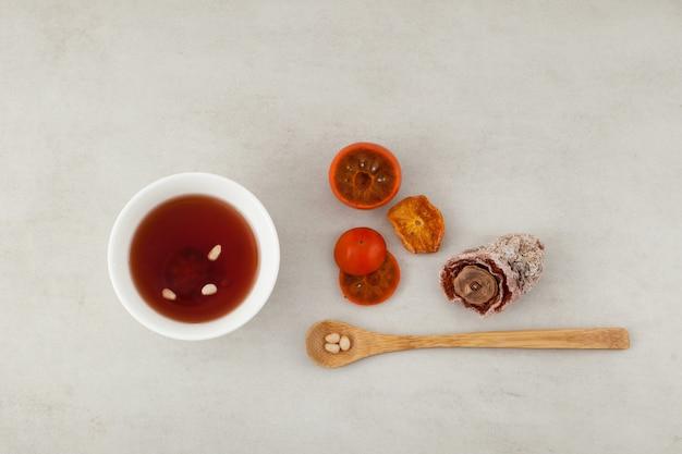 Sujeonggwa - koreaanse koude vruchtenthee of gekoelde punch op marmeren oppervlak